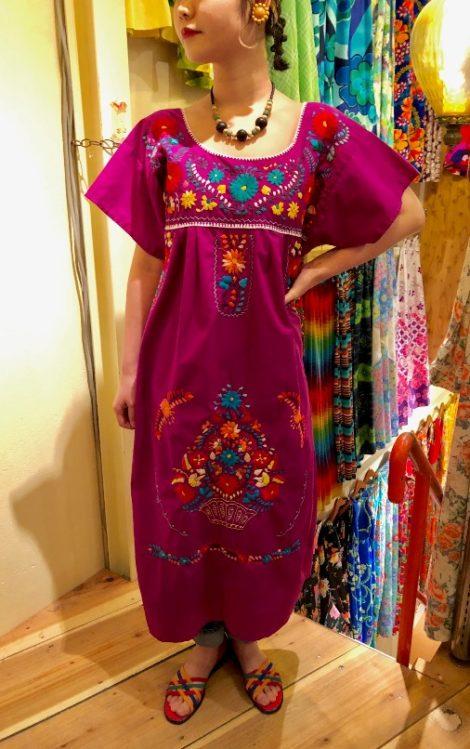 0088360a9a696 布に華やかな色合いの刺繍が施された伝統的な衣装です。 地方や地域、村によって刺繍の方法も様々で、 特徴も変わってきます。 ワンピースの他にもブラウス やスカート ...